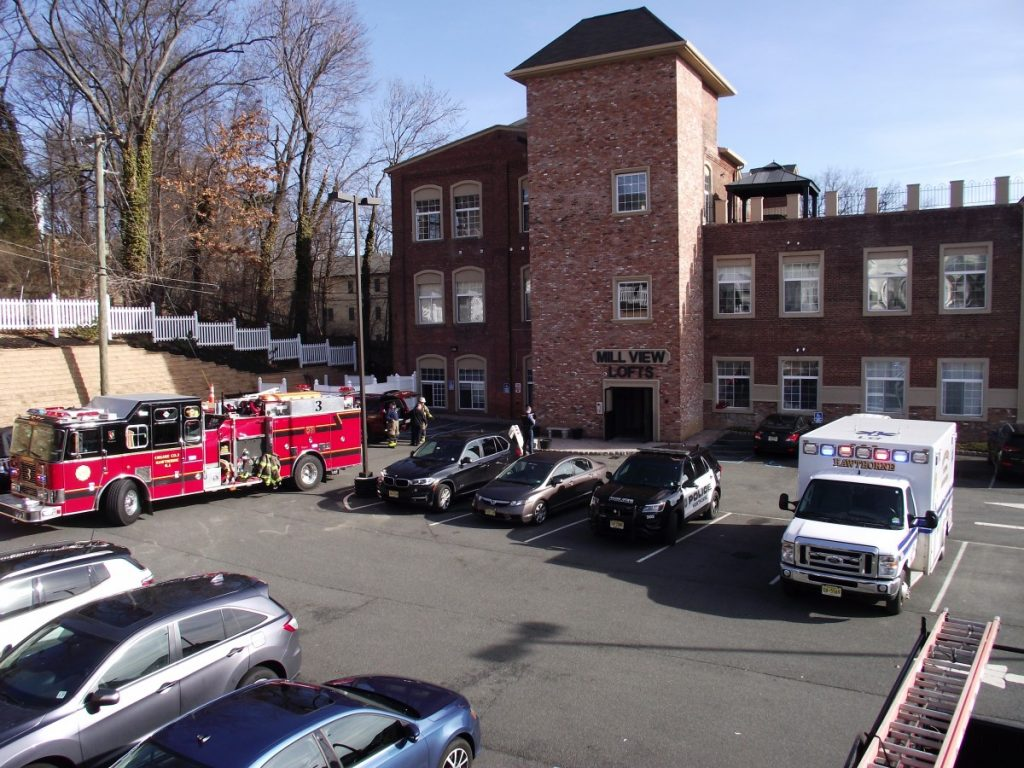 Multiple 911 reports of a irritating chemical odor inside of an apartment building